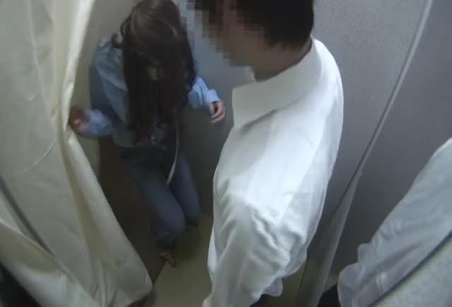 【素人】試着室で二人きりになった可愛いアパレル店員さんに勃起チ●コ見せつけた結果・・・・・